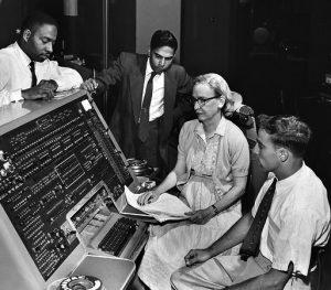 Computerfrau Grace Hopper an der Tastatur des Univac, ca. 1960. (C) Unknown (Smithsonian Institution) - Flickr: Grace Hopper and UNIVAC, CC BY 2.0, https://commons.wikimedia.org/w/index.php?curid=19763543