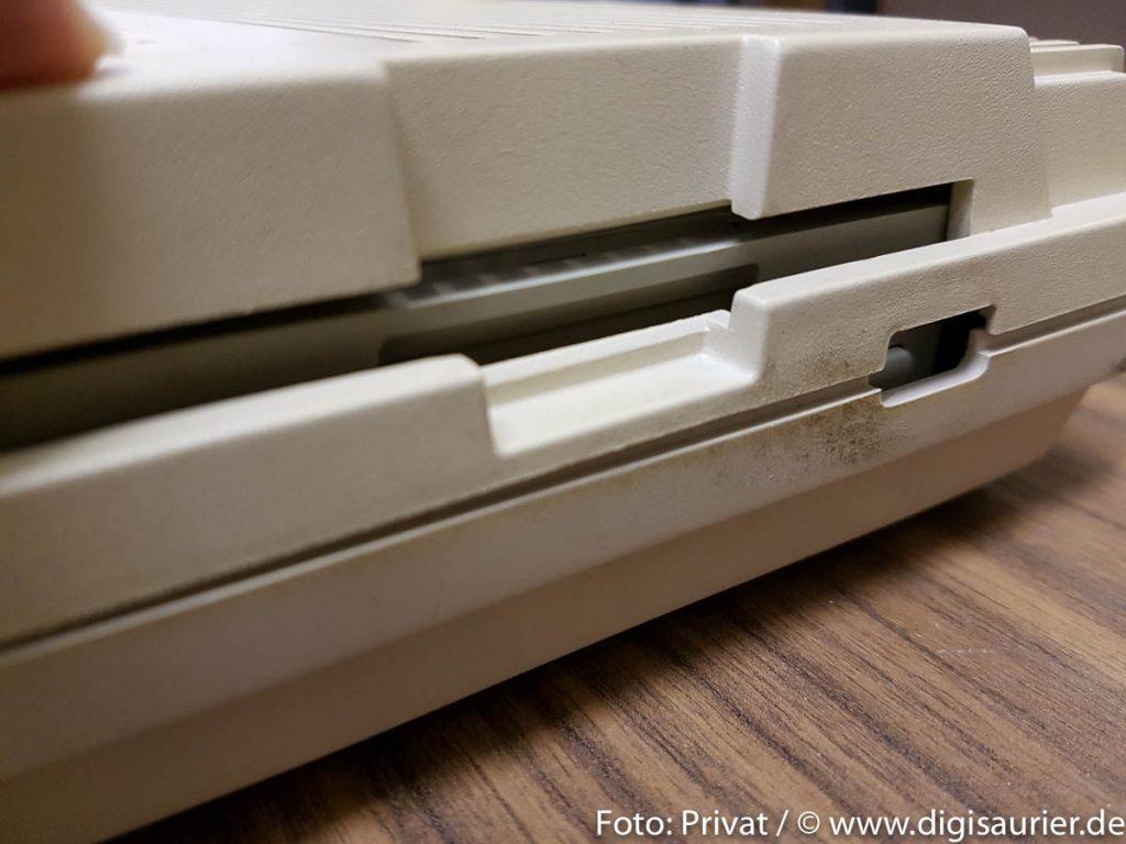 Passt nicht: Nach internem Einbau kommt man beim FZ354 ohne Modifikationen am Amiga-Gehäuse nicht mehr an Laufwerkschlitz oder Diskettenauswurf.