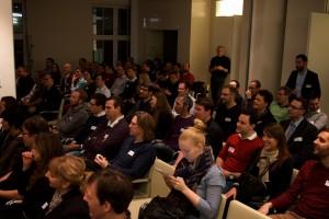 Die Teilnehmer des Webmontag am 2. Februar 2015 warten auf den ersten Vortrag