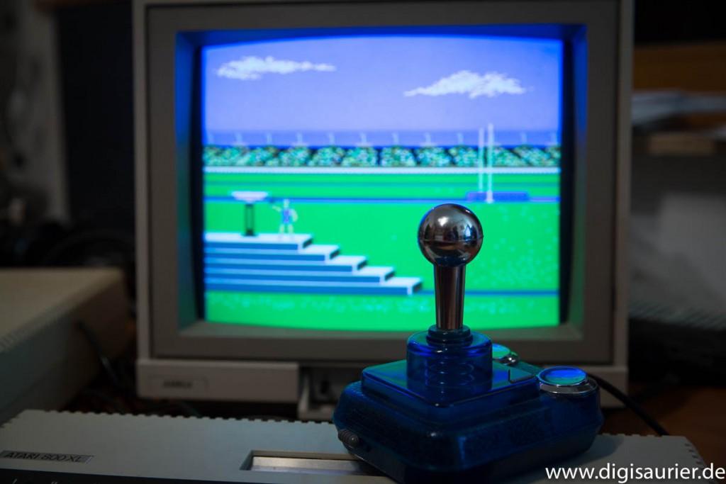 Joystick vor einem Bildschirm mit Summer Games