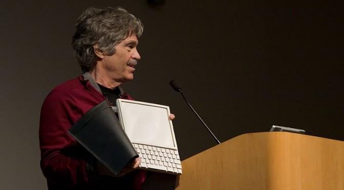 Alan Kay präsentiert 2008 ein Dynabook-Mockup (Foto: Marcin Wichary via Wikimedia und Flickr)