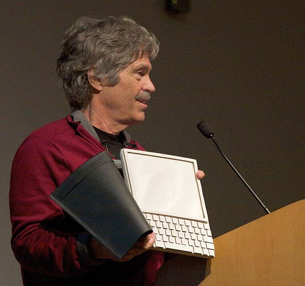Alan Kay, Kollege von Adele Goldberg, präsentiert das Dynabook. (C) Von Marcin Wichary from San Francisco, U.S.A. - Alan Kay and the prototype of Dynabook, pt. 5, CC BY 2.0, https://commons.wikimedia.org/w/index.php?curid=5871599