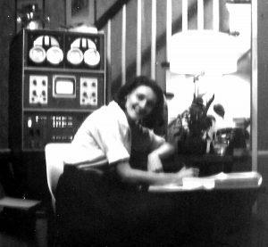Mary Allen Wilkes an ihrem ganz persönlichen Computer im Haus ihrer Eltern. (C) Rex B. Wilkes - Mary Allen Wilkes personal archives, CC BY-SA 4.0, https://commons.wikimedia.org/w/index.php?curid=45104166