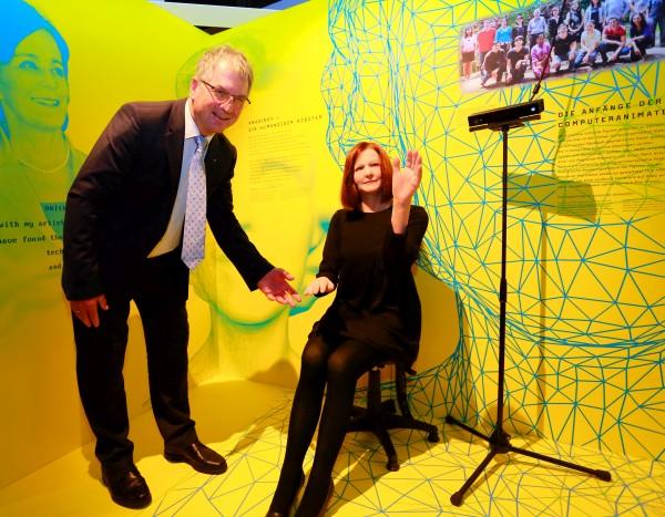 HNF-Geschäftsführer Kurt Beiersdörfer und Roboter Nadine, geschaffen von Nadia Magnenat-Thalmann. (C) Heinz Nixdorf MuseumsForum / Jan Braun