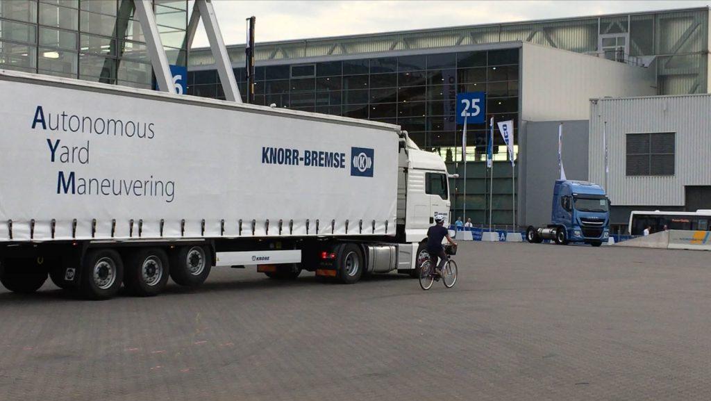 Schutzbedürftig: Der Abbiegeassistent von Knorr-Bremse warnt den LKW-Fahrer, falls sich etwas im toten Winkel befindet.