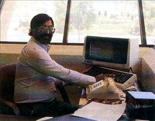 Shiraz Shivji ca. 1986 am Arbeitsplatz bei Atarai