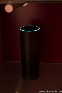 Amazon Echo auf einem Regal.