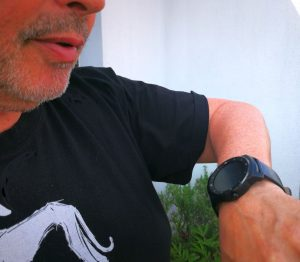 Der Mann, der mit seiner Uhr spricht...