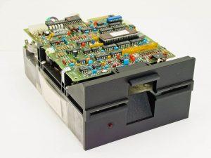 Ein beinahe prähistorisches Tandon-Floppy-Laufwerk mit 360 KB Kapazität