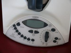 Der legendäre Vorwerk Thermomix TM31 mit seinem digitalen Bedienpult (Foto: Wikimedia)