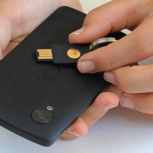 Der YubiKey NEO funktioniert per NFC auch am Smartphone (Foto: Yubico)