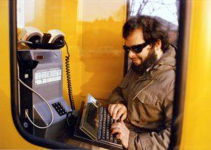 Wau Holland und die Telefonzelle (Foto: Wau Holland Archiv)