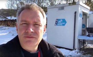 Digisaurier Hannes Rügheimer besichtigt einen der Edge-Cloud-Server neben der A9.