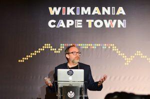 Jimmy Wales spricht auf der Wikimania 2018 in Kapstadt (Quelle: Wikimedia)