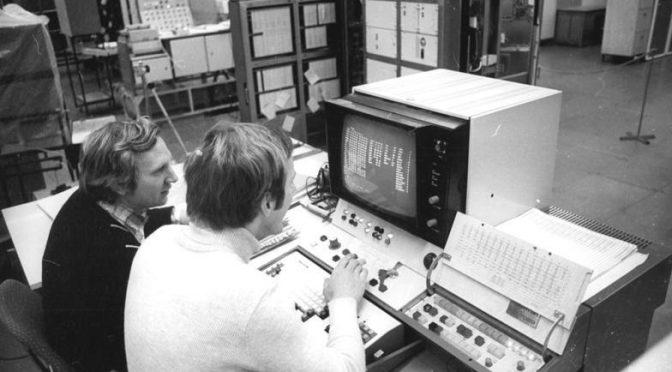 Die pfiffigen Ingenieure vom Kombinat Robotron in den 80ern (Bundesarchiv, Bild 183-W0104-014)