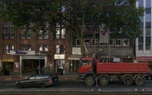 Graf-Adolf-Straße 45, damals Sitz der DDR-Mission - heute mit Gerüst und Spielsalon