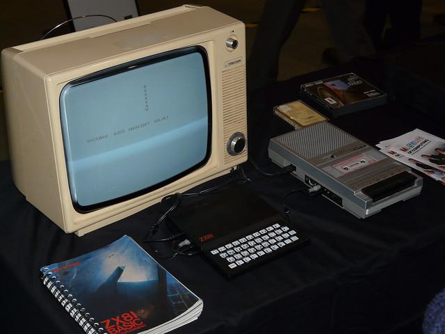 Ein Sinclair ZX81 mit normalem Kassettenrekorder als Datenspeicher