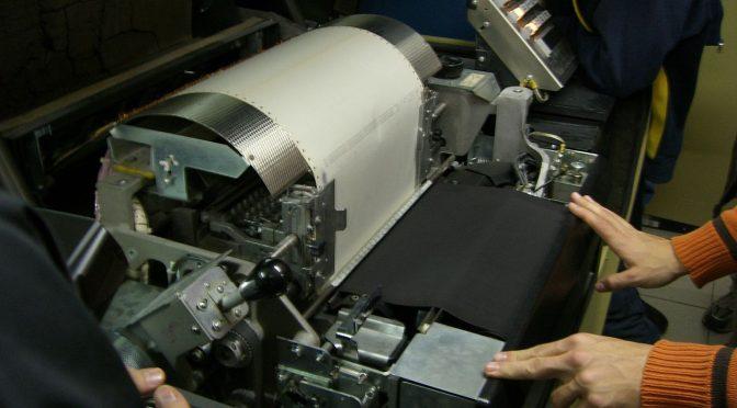 Hantieren am Kettendrucker - in einem Rechenzentrum der frühen Jahre