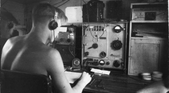 Funker im zweiten Weltkrieg - mit Kopfhörer (Quelle: Bundesarchiv)