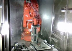 Ein Roboter zerlegt Elektronikschrott (Screenshot via YouTube)