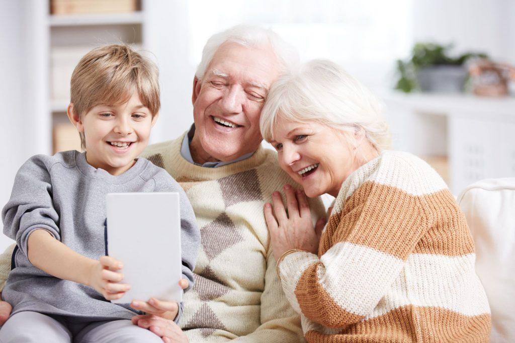 Wenn die Jüngsten den Ältesten die  Technik schmackhaft machen (Foto: Photodune Lizenz)