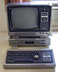 Der legendäre Tandy TRS-80 mit Peripherie (Foto via Wikimedia; siehe Bildnachweis unten)