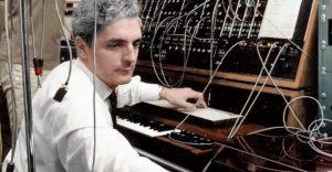 Bob Moog an seiner Maschine (Foto via electronibeats.net)