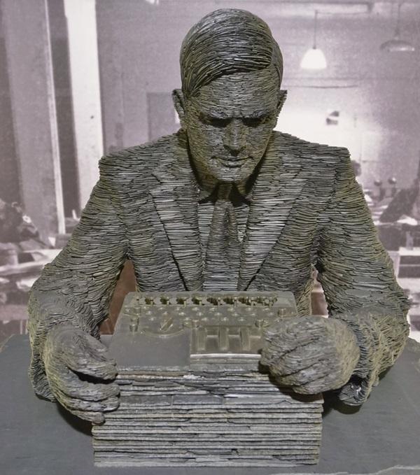 Eine Skulptur, die Alan Turing ehrt...