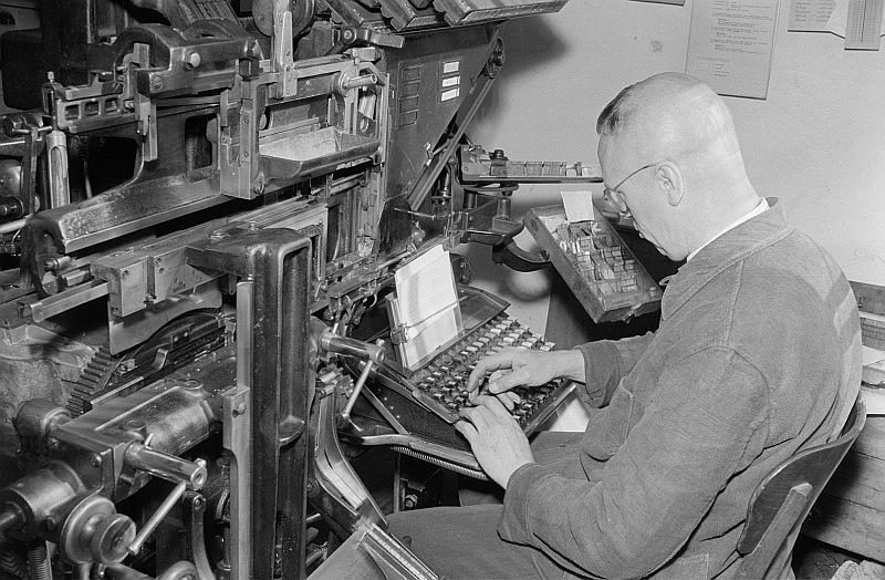 1953: Schriftsetzer bei der Arbeit (Foto: Deutsche Fotothek)