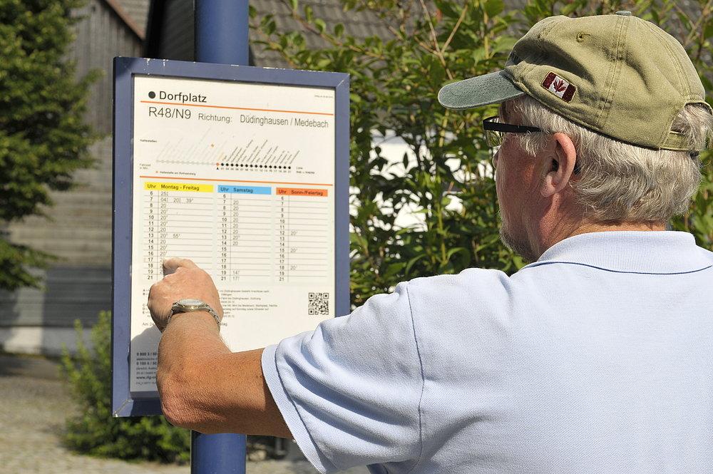 Analoge Fahrplaninformationen direkt an der Haltestelle (Foto: via Regionalverkehr Ruhr-Lippe GmbH)
