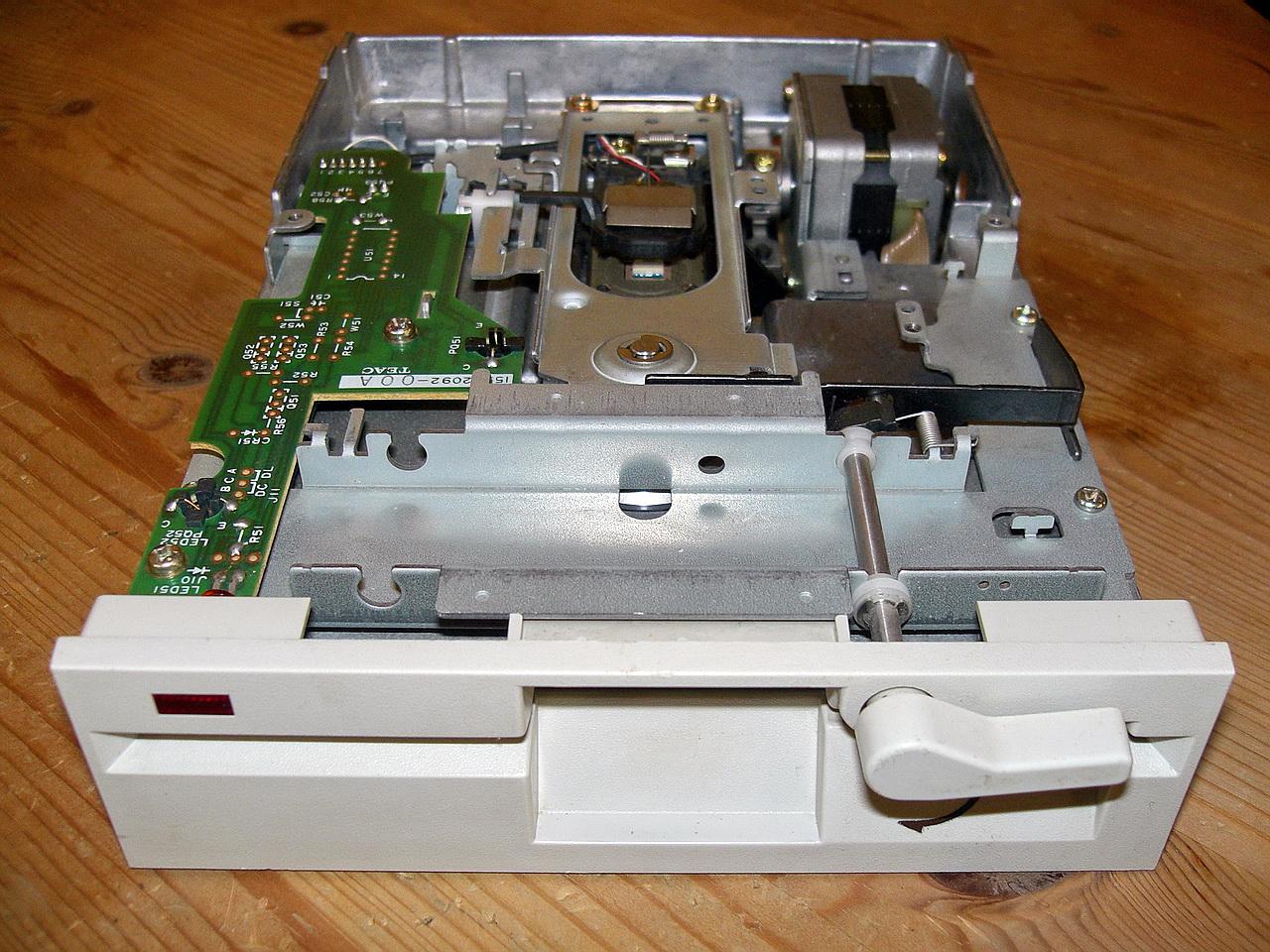 """Robuste Mechanik - ein klassisches 5,25""""-Laufwerk (Foto: siehe Bildnachweis unten)"""